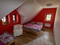 Červená ložnice orientovaná na východ - chalupa k pronájmu Lomnice nad Popelkou - Černá