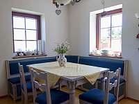 Jídelní stůl s rohovou lavicí - chalupa k pronajmutí Lomnice nad Popelkou - Černá