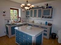 Moderní kuchyň skrytá do venkovského stylu - chalupa k pronájmu Lomnice nad Popelkou - Černá