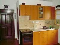 kuchyňka v roubence - pronájem chalupy Ploukonice