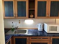 Malý domek - kuchyň - chalupa k pronajmutí Dětenice