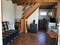 Malý domek - přízemí s kuchyní, jídelním stolem a gaučem - pronájem chalupy Dětenice