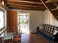 Malý domek - přízemí s kuchyní, jídelním stolem a gaučem - Dětenice
