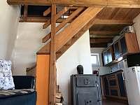 Malý domek - schody do patra - chalupa k pronájmu Dětenice