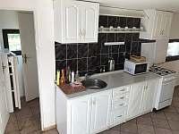 Velký domek - kuchyň s komorou - chalupa k pronajmutí Dětenice