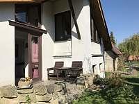 Velký domek - posezení vzadu - chalupa ubytování Dětenice