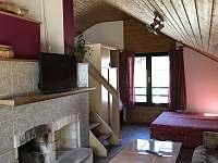 Velký domek - televizní posezení s dvěma oddělenými lůžky - pronájem chalupy Dětenice