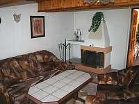obývací pokoj s krbem - chalupa ubytování Chloumek