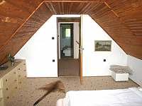 větší ložnice - pronájem chalupy Chloumek
