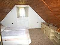 větší ložnice - chalupa k pronajmutí Chloumek