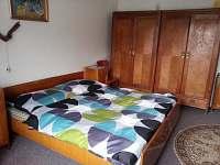 1. ložnice ( 1x dvojlůžko, 1x samostatná postel)