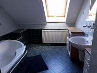 koupelna v podkroví - rekreační dům k pronajmutí Březina