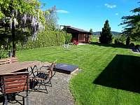 sezení, ohniště, zahrada - rekreační dům k pronajmutí Březina