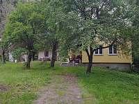 Vchod ze silnice na přední zahradu - chalupa k pronájmu Chuchelna