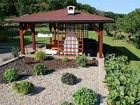 Výhled na pergolu a zahradu