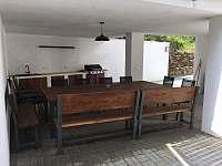 Venkovní kuchyň s grilem - pronájem chalupy Mašov