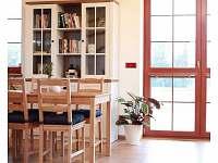 Společná místnost s terasou a zahradou