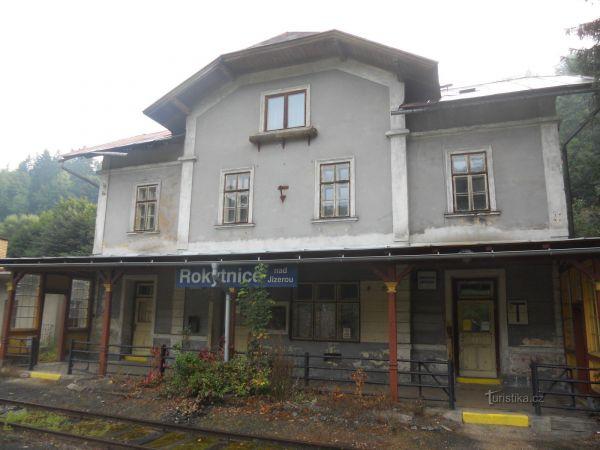 Chátrající nádraží v Rokytnici nad Jizerou a model Karlštejna.