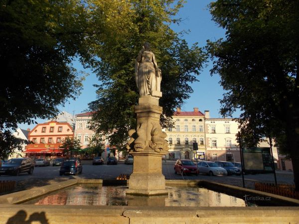 Kašna na Velkém náměstí ve městě Králíky