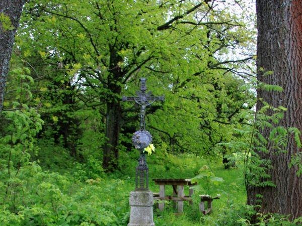 Kříž a odpočívka na Flusárně