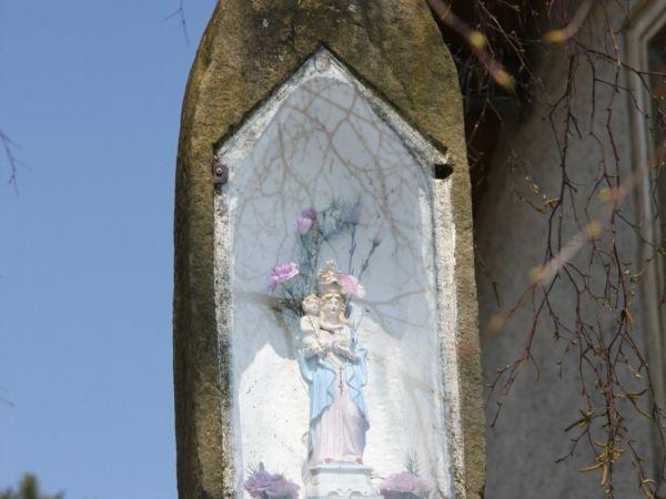 Křížek u parkoviště chatové osady Ostaš