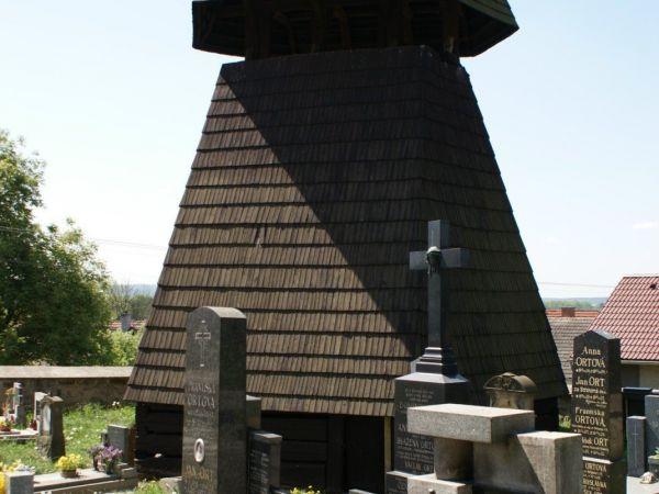 Osek (u Sobotky) – dřevěná zvonice a kostel Nanebevzetí Panny Marie