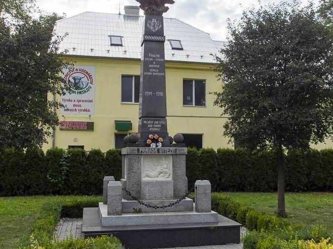 Police – Pomník padlých a pamětní lípy