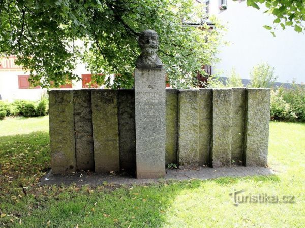Pomník Karla Klostermanna v Kašperských Horách.