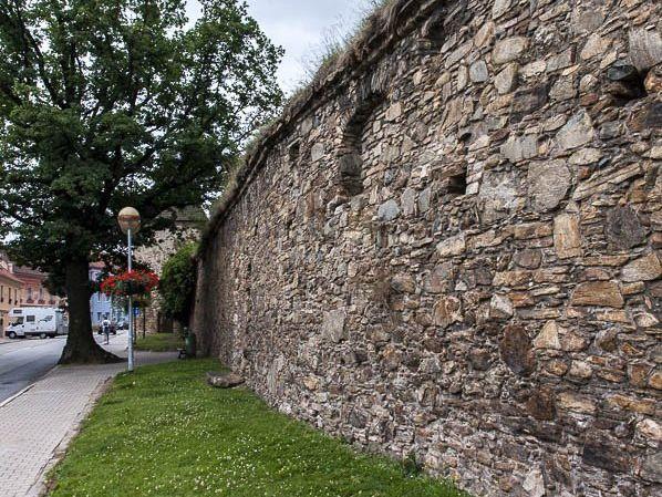 Prachatice – Břečťan na hradbách