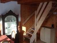 přízemí - obývací pokoj, schody do patra