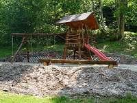 domeček pro děti s houpacky
