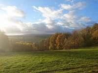 Podzimní atmosféra - louka před Suchou Rudnou za lesem chalupa