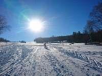 Začátek běžkařské trasy u sjezdovky za chalupou - k pronájmu Světlá Hora - Suchá rudná
