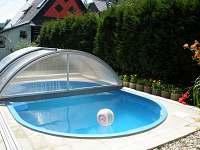 venkovní bazen u roubenky