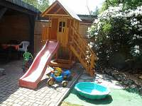 Dětský hrací domeček na zahradě