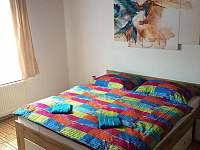 Ložnice s manželskou postelí - pronájem chalupy Jeseník