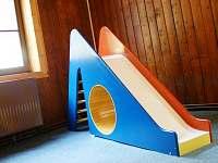 dřevěná klouzačka v klubovně - chata ubytování Lipová - lázně