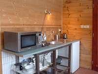 kuchyňka ve spodním pokoji v chatce