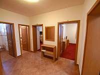 Apartmán A -předsíň se vstupem do ložnic, kuchyňky, WC, koupelny s WC