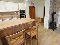 Kuchyně s vybavením pro 21 osob a krbová kamna
