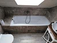 Koupelna v patře - vana+umyvadlo+WC