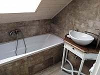 Koupelna v patře - vana+umyvadlo+WC - Filipovice
