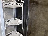 Koupelna v přízemí - sprchový kout + 2 umyvadla + lavička - chalupa k pronájmu Filipovice