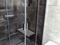 Koupelna v přízemí - sprchový kout + 2 umyvadla + lavička