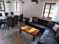 Obývací část + jídelní kout - chalupa k pronájmu Filipovice