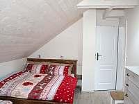 Podkroví - třílůžkový pokoj A (1x manželská postel, 1x samostatné lůžko) - Filipovice