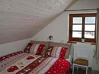 Podkroví - třílůžkový pokoj B (1x manželská postel, 1x samostatné lůžko)