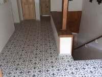 chodba a schodiště v 1.patře - chalupa k pronajmutí Vernířovice
