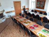 společenská místnost s krbem - chalupa ubytování Vernířovice