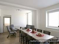 kuchyně s jídelním stolem a posezením, dolní apartmán